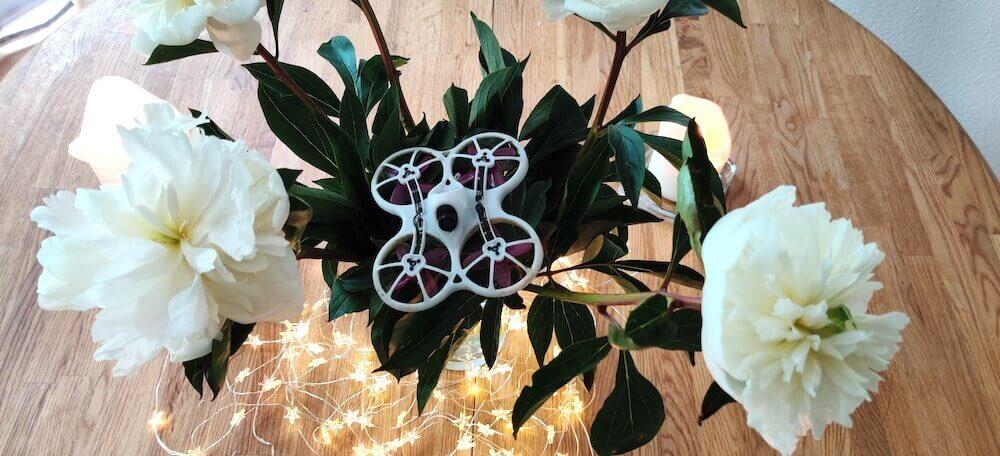 Drohne in Blumen